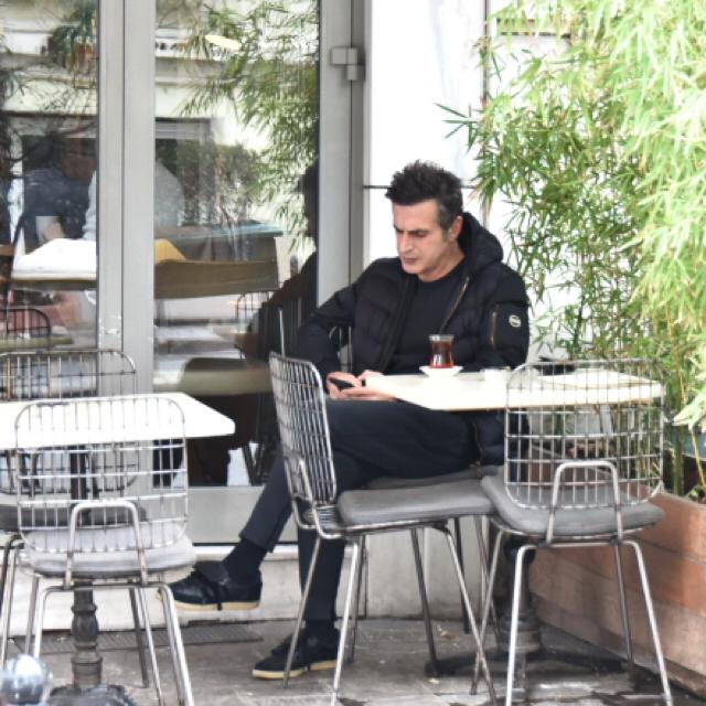 Famebuster Teoman Journey Cafede tek başına oturuyor fame buster