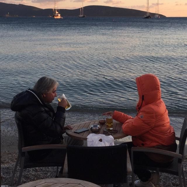 Famebuster İlker Mengi Yeni sevgilisi ile Bodrum'da bira içiyor fame buster