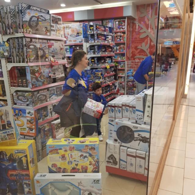Famebuster Pelin Karahan Oğlu ile oyuncakçıda fame buster