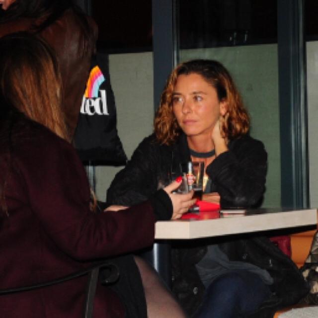 Famebuster Ece Uslu Arnavutköy'de arkadaşıyla sohbet ediyor fame buster