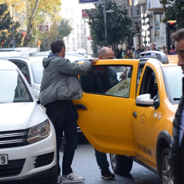 Famebuster Ferzan Özpetek Dünyaca ünlü yönetmenimiz taksiye biniyor fame buster