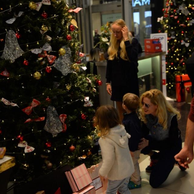 Famebuster Wilma Elles Çocuklarla erken Noel kutlaması fame buster