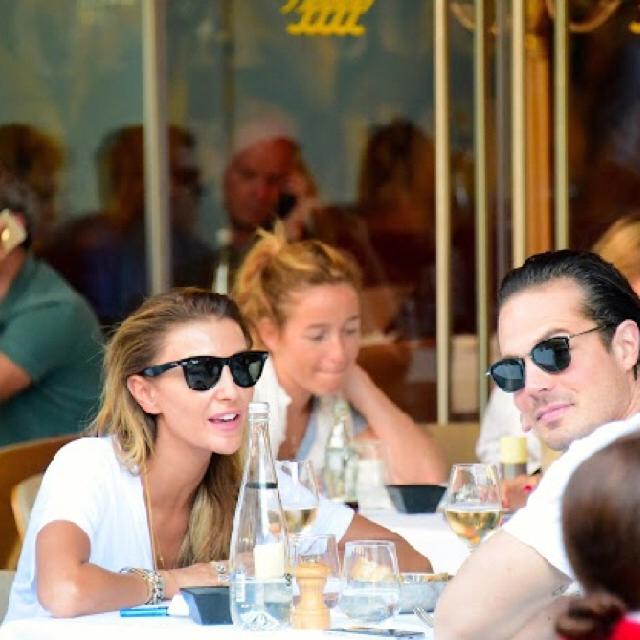 Famebuster Özge Ulusoy İngiliz bankacı sevgilisiyle serafina'da fame buster