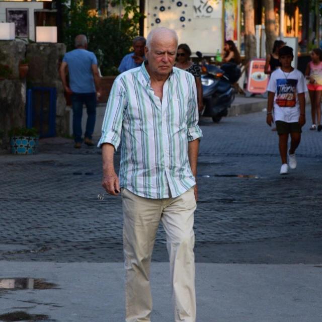 Famebuster Şansal Büyüka Bodrum sokaklarında bir başına yürüyor fame buster