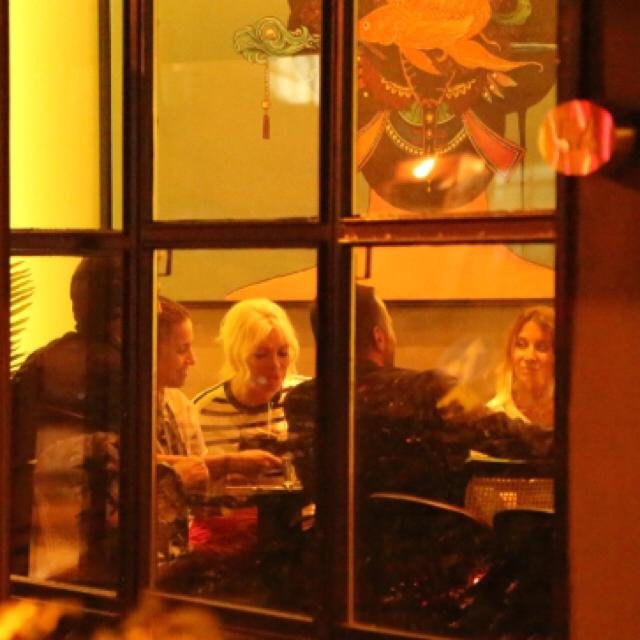 Famebuster Ajda Pekkan Arkadaşlarıyla yemekte fame buster