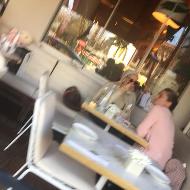 Famebuster Şule Cümbüş Lucca'da kahve keyfi fame buster