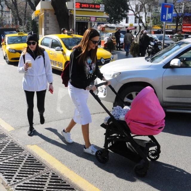 Famebuster Pınar Tezcan Güzel havanın tadını çıkarıyorlar bebek'te fame buster