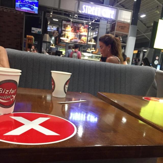 Famebuster Özlem Yıldız İstanbul uçağını bekliyor fame buster