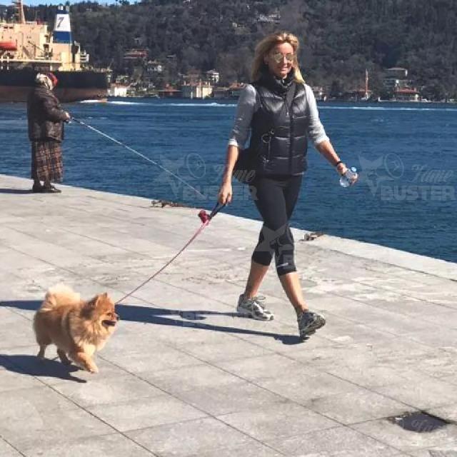Famebuster Pınar Altuğ Atacan Pinar kopegiyle yuruyuste fame buster