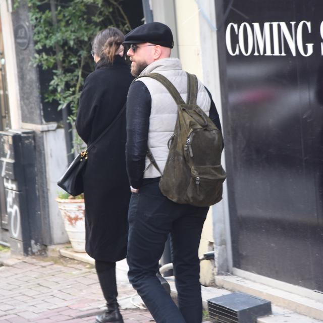 Famebuster İzzet Özilhan Nişantaşında karısını bekliyor fame buster